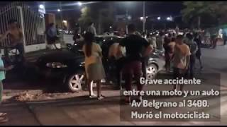 Grave accidente entre una moto y un auto en Av Belgrano al 3400. Un muerto y un herido.