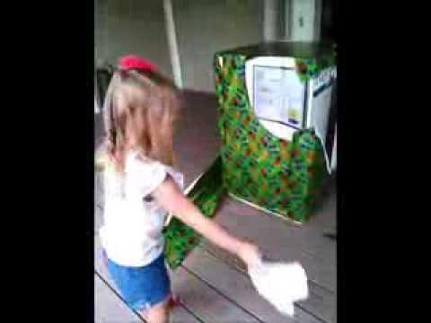 فرحة عارمه لطفلة تفاجأ بأن أباها في صندوق الهدايا