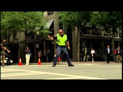 Dancing cop treats motorists in North Carolina (Táncoló rendőr)