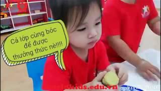 Dạy bé bóc vỏ khoai tại trường mầm non worldkids 5 - Bình Tân
