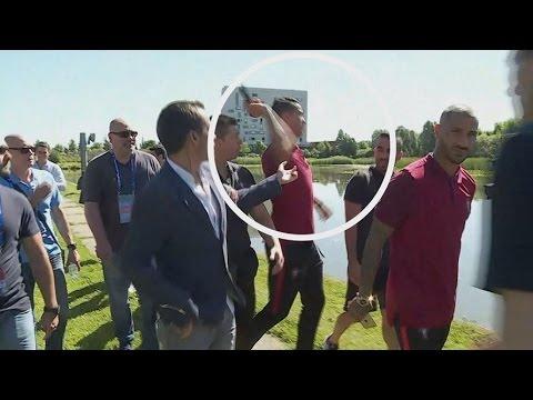 Cristiano Ronaldo atira micro da CMTV para um lago EURO 2016- Cristiano Ronaldo throws the micro