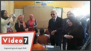 القائم بأعمال محافظ القاهرة أثناء تفقد امتحان الشهادة الابتدائية بسكوته لكل طالبة