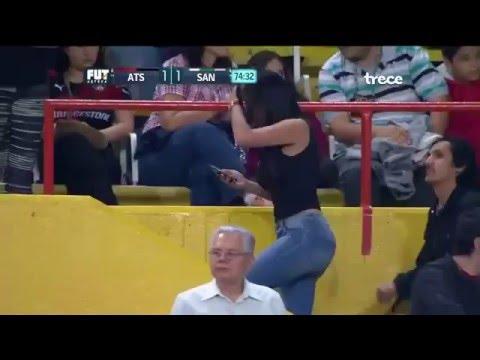 Mujer buenísima en el Estadio Jalisco. Lo mejor del Atlas vs Santos