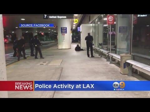 Disfrazado de El Zorro, sembró pánico en el aeropuerto de Los Ángeles