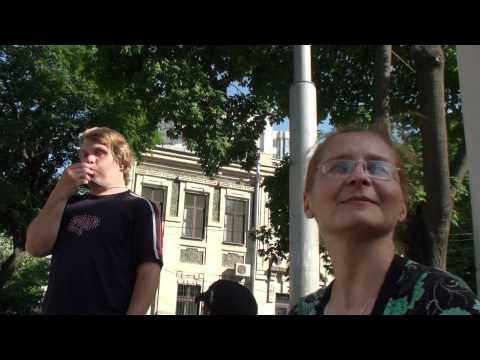 Au huiduit maşina diplomatică la Ambasada rusă