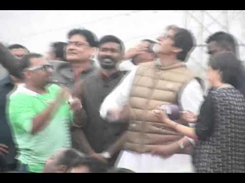 Amitabh Bachchan flies kites in Ahmedabad with Dhanush, Akshara Hassan