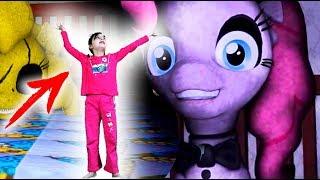ПОНИ УМЕНЬШИЛИ МЕНЯ 5 НОЧЬ! Челлендж ПРОТИВ настоящая детский летсплей куклы Для детей kids children