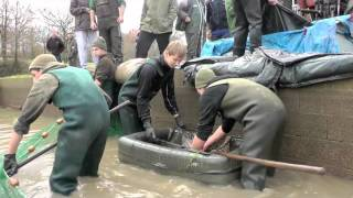 The Carp Specialist - Netting of Lac de Villedon in December 2011