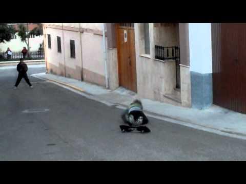 Maria cayendose del skate