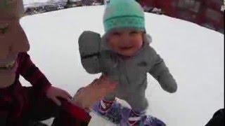 فيديو: طفلة صغيرة تتزلج لأول مرة...فهل نجحت؟