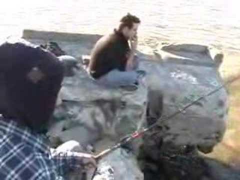 La pêche dans le bord de Krasnoïarsk à la rivière enisej