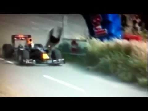 Sebastien Buemi con la Toro Rosso travolge uno spettatore durante esibizione