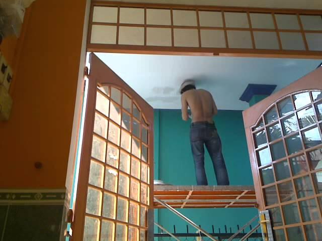 Cha Tony lau rửa vệ sinh các cửa sổ phòng khách (13-11-2011)