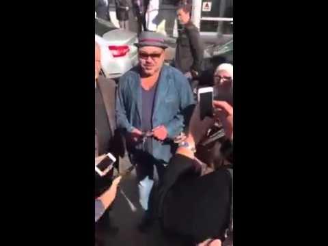 Paris : Le Roi Mohammed VI discute avec des Marocains en Pleine Rue