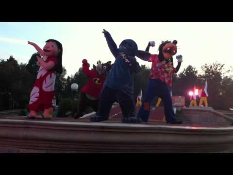 Disneyland Halloween 2010 -- Disney showtime spectacular - Stitch - Goofy - Milo