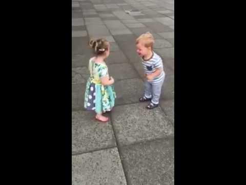 Bebés riéndose al darse besos