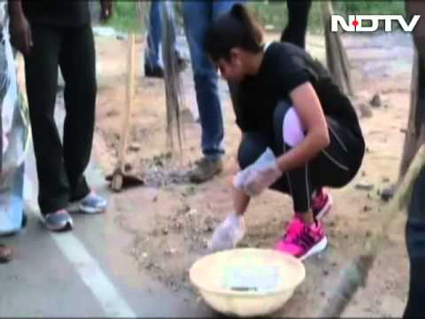 Indian Tennis Star Sania Mirza Joins Swachh Bharat Campaign, Cleans Hyderabad Road video