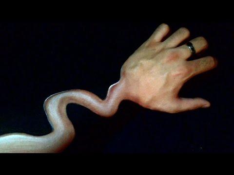腕が蛇のように細く曲がりくねって見える奇妙なトリックアート!