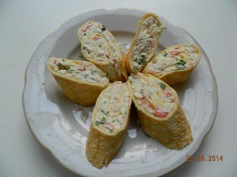 Яичный рулет с плавленным сыром, крабовыми палочками и зеленью