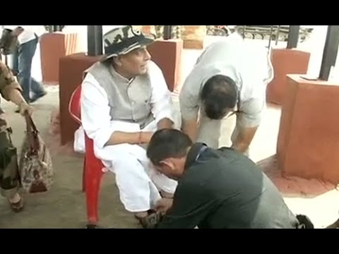 Rajnath Singh gets his shoe laces tied by Indian army jawan
