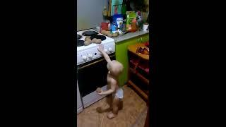 Приколы.Дети. Ржачное видео кто кого? картошка или ребенок.