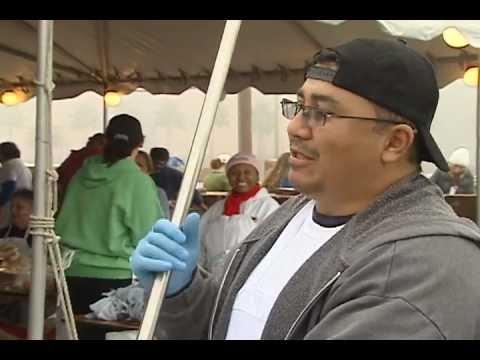 Familias latinas se preparan para recibir una comida gratis en el día de acción de gracias.mov