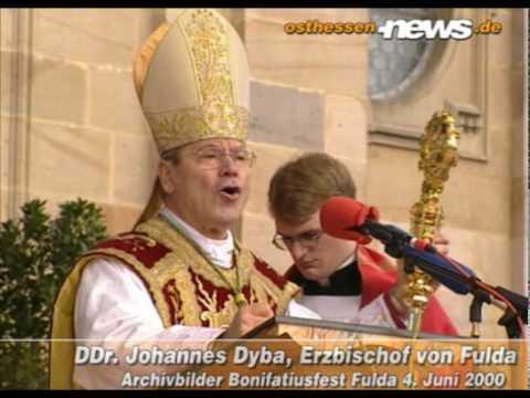Archivbilder: Erzbischof Dr. Dr. Johannes Dyba auf dem Bonifatiusfest am 4. Juni 2000 vor dem Dom zu Fulda - 7 Wochen vor seinem Tod. Gedenkvideo zum zehnten Todestag am 23. Juli 2010. Quelle:...