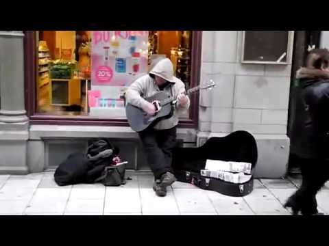 уличный музыкант с нереально крутым голосом! очень классная песня!