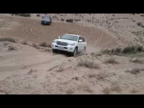 Toyota LC200 штурмует песчаную гору