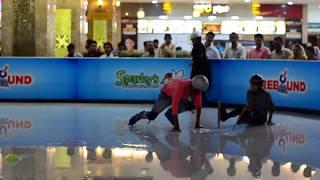 Funny Ice skating in Lulu mall kochi     Patinaje sobre hielo en el centro comercial indio