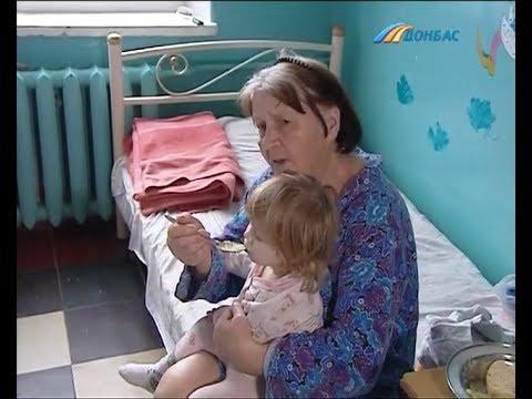 Мать кормила дочку клейстером
