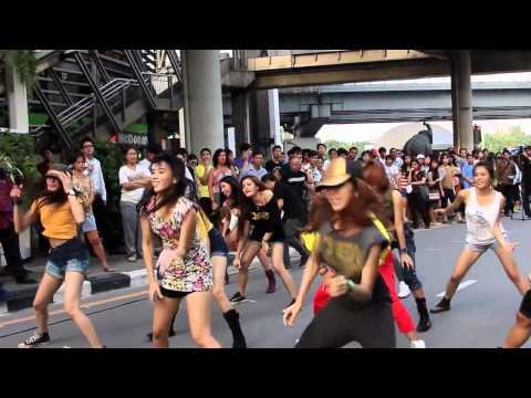 Download Jennifer Lopez: Flash Mob  Thailand 2012 Mp4 baru