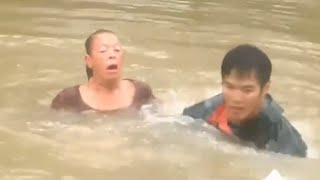 Watch as rescuers pull woman from submerged car