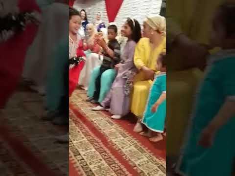 شاهد كيف ترقص طفلة صغيرة على أنغام الشعبي thumbnail