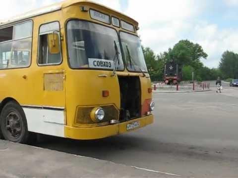 Автобус ЛИАЗ-677 отъезжает от остановки в г. Новозыбков