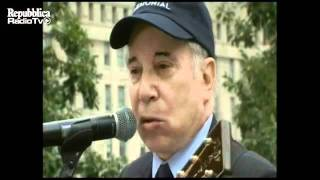 Paul Simon canta