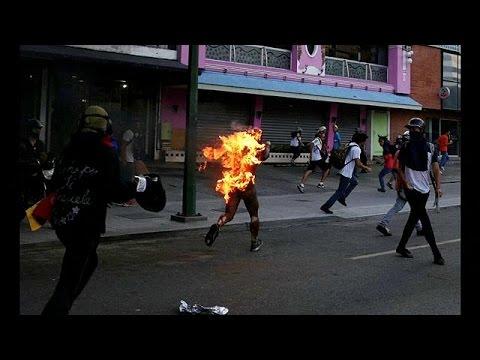 مردی در میان شعلههای خشم معترضان ضددولتی در ونزوئلا