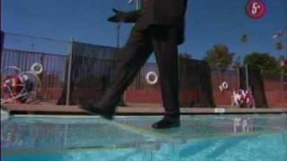 Mago Enmascardo Camina En El Agua Español Latino