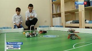 В Абинске школьники учат играть роботов в футбол