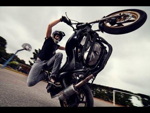 18 gadīga meitene un motocikls