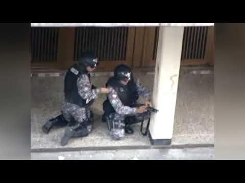 Policias y Matones de Maduro disparando a muchachos desarmados