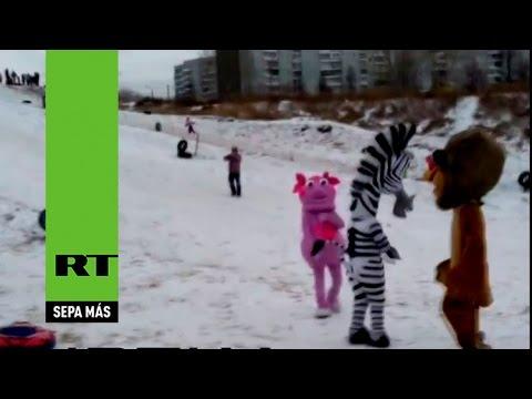 'Dibujos animados' se pelean con un hombre en un parque ruso