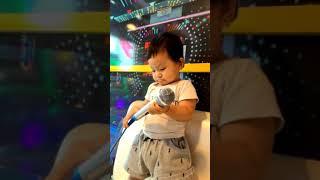 Em bé 14 tháng tuổi hát Karaoke