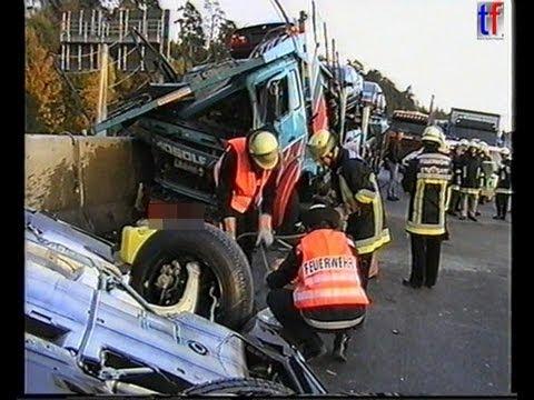 Feuerwehr Stuttgart: HEAVY TRUCK ACCIDENT / Schwerer Lkw-Unfall, AK Stuttgart, 12.10.1998