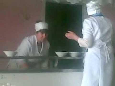 Pune mâncarea în farfurii cu mâna