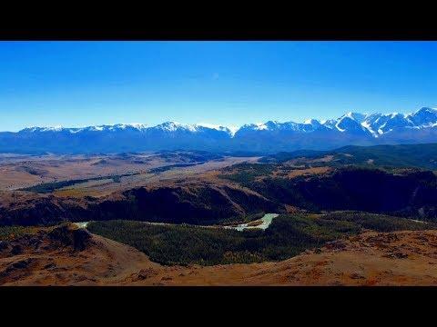 Красивый вид Северо-Чуйский хребет и Курайской степи на Алтае