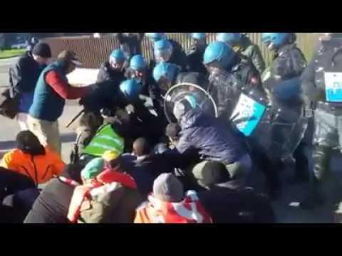 29/11/2016 - Sciopero Alcar Uno: manganellate e lacrimogeni sugli operai in lotta (3)