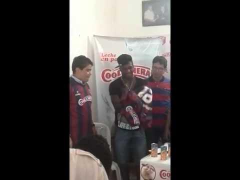 Entrega de camisetas con el selló del nuevo patrocinador del Unión Magdalena