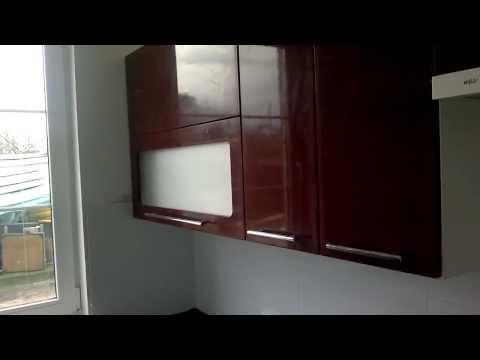 С - образная кухня бордовая, черная столешница, черная бытовая техника