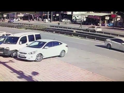 Feci Kaza Kamerada! Otomobil Yaşlı Adamı Metrelerce Yukarıya Fırlattı